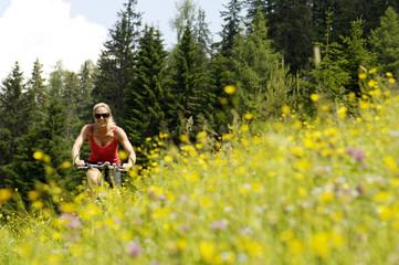 Junge Frau beim Mountainbiken