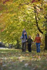 Eltern mit Kindern in Park, lächeln