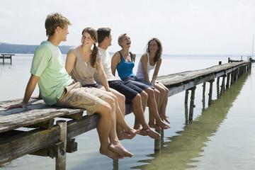 Deutschland, Bayern, Ammersee, Junge Menschen bei Entspannung am See