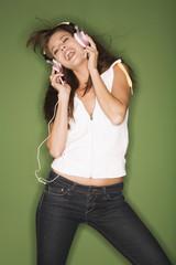 Frau Hört Musik aus MP3-Player