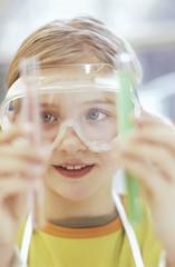 Mädchen im Chemielabor Labor