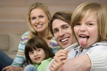 Family Portrait, Junge Zunge herausstrecken, lächeln