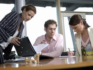 Geschäftsleute, Diskussion im Büro