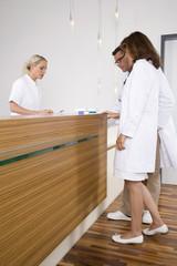 Krankenschwester im Gespräch mit Ärzten