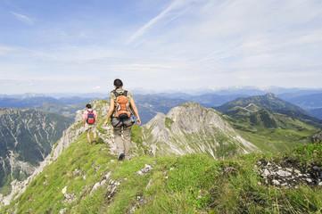 Österreich, Salzburger Land, Paar beim Wandern