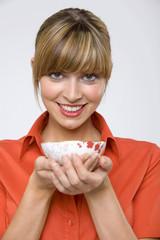 Frau jung halten Schale Tee, lächeln, Porträt