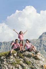 Italien, Südtirol, Familie sitzen auf Fels Jubel, Portrait