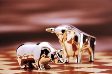Bulle und Bär Figur auf Schachbrett, close-up