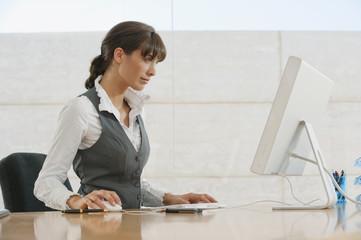 Frau jung arbeiten im Büro