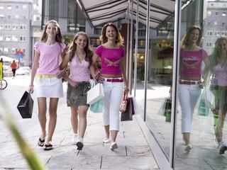 Teenager, Mädchen bummeln mit Einkaufstüten