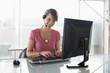 Frau arbeiten am Computer, mit Headset