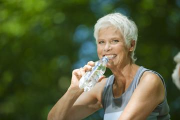 Frau, Seniorin, trinken Wasser aus Flasche, Portrait