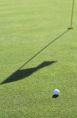 Golfball auf dem Golfplatz, close-up