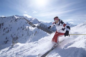Frau, Skifahren in den Bergen