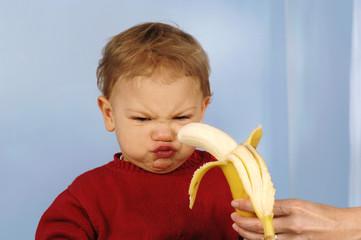 Junge will keine Banane