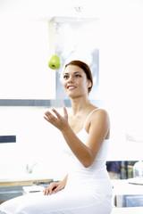 Junge Frau werfen Apfel