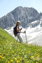 Frau Wandern Alpen Österreich