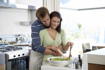 Junges Paar in der Küche, Frau bereitet Salat