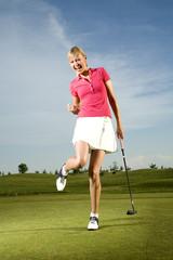 Junge Frau spielt Golf
