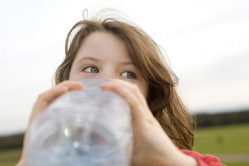 Mädchen trinkt Wasser aus Flasche, close-up