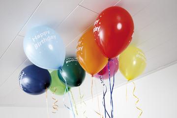 Bunte Luftballons an der Decke