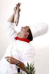 Koch hält Forelle