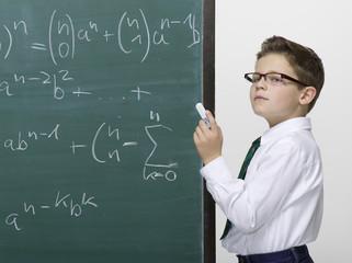 Junge stehen vor der Tafel, Portrait