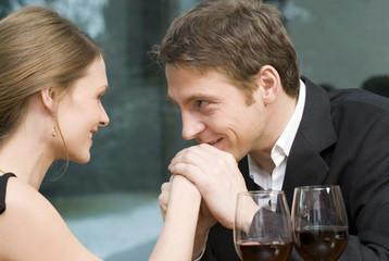 Mann küsst die Hand der Frau