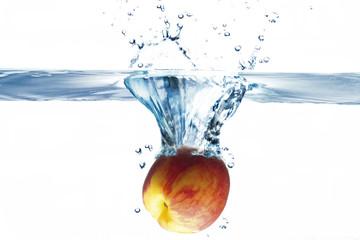 Pfirsich fällt ins Wasser