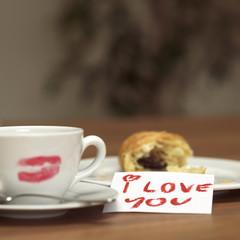 Tasse Kaffee mit Lippenstift Kuss, Zettel ich liebe dich, Croissant