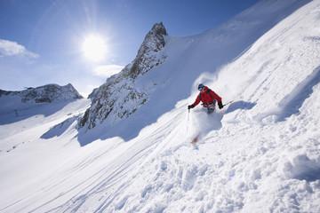 Österreich, Tirol, Stubaital, Mann beim Skifahren