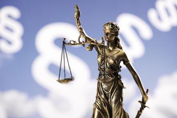 Justitia Figur mit Paragraphenzeichen