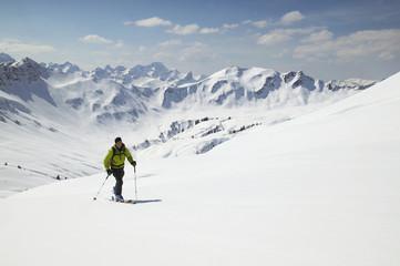 Österreich, Kleinwalsertal, Mann Skifahren in den Alpen