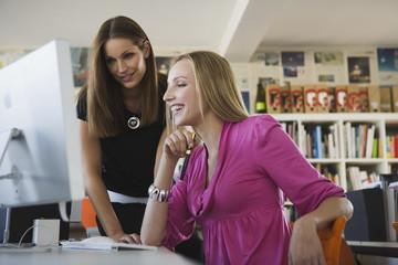 Zwei Frauen im Büro mit Computer