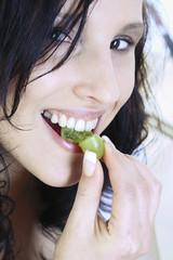 Junge Frau isst Weintrauben