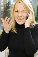 Frau ist wütend beim Telefonieren