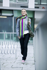 Junge Frau mit Schal, zu Fuß