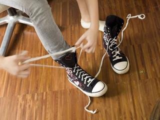 Junge Frau bindet sich die Schuhe zu