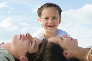 Familie, die Tochter lächelt