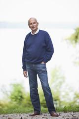 Deutschland, Bayern, Starnberger See, älterer Mann steht vor der See