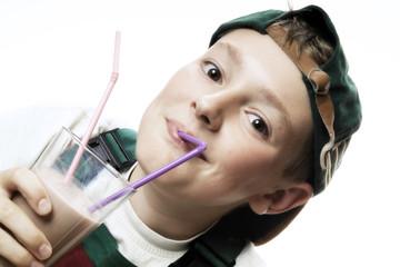 Junge trinkt Milchshake