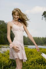 Schlanke Frau trägt Sommerkleid, lächelnd fröhlich