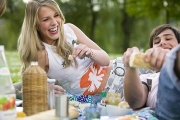 Teenager beim Picknick