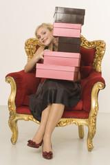 Frau jung mit Stapel Schuhkartons, Portrait