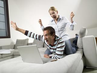 Paar auf dem Sofa, mit Laptop