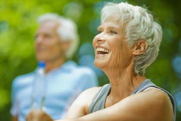 älteres Paar, Senioren, macht eine Pause, lachende Frau