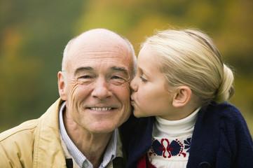 Deutschland, Enkelin küssen Großvater Opa, Portrait