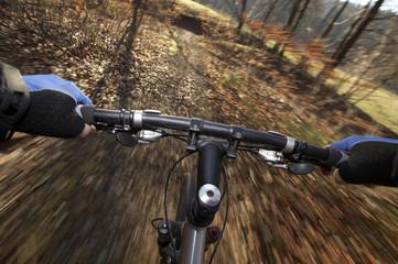 Mountainbike, Bewegungsunschärfe, Hände am Lenker