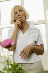 Seniorin mit Finger auf den Lippen, Wegschauen, Porträt