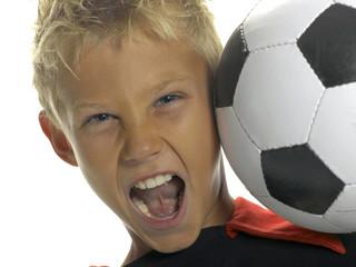 Junge, Kind mit Fußball auf Schulter